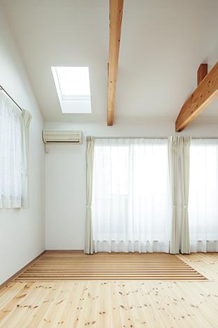 四季彩ひだまり工房 高田工務店【デザイン住宅、趣味、自然素材】子ども部屋の床の一部がスノコ に。アクリル板をはめることも可能