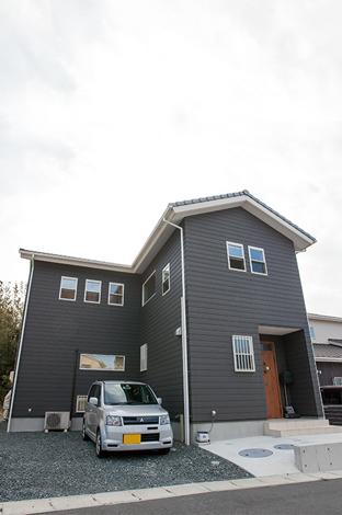 四季彩ひだまり工房 高田工務店【デザイン住宅、趣味、自然素材】陽当りと駐車スペースの問題を一気に解決したL字型の家。クラシックブラウンの外観に白の窓枠がとってもオシャレ