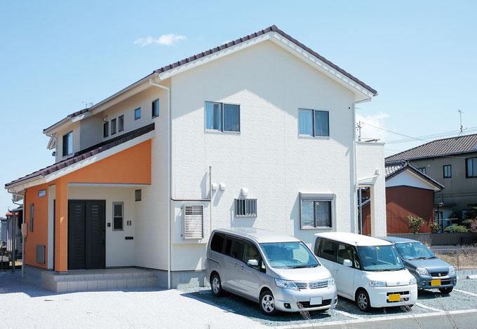 四季彩ひだまり工房 高田工務店【子育て、収納力、自然素材】白とオレンジのコントラストが美しい三角屋根の外観。駐車場はゆとりの5台分を確保した
