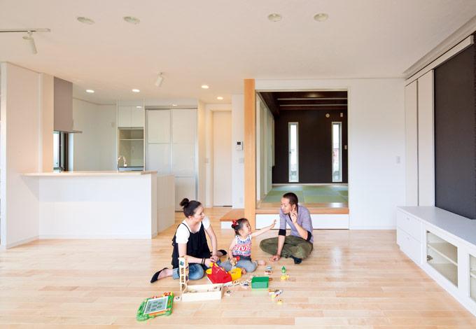四季彩ひだまり工房 高田工務店【デザイン住宅、収納力、自然素材】LDK+和室。白の空間が黒いタイル壁によってよりスタイリッシュに