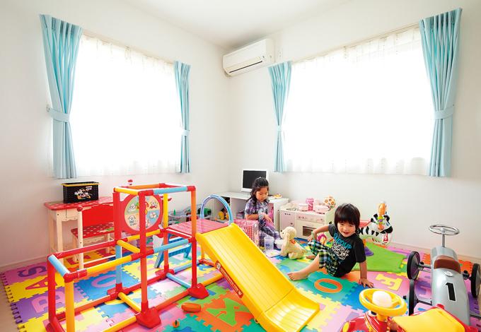 四季彩ひだまり工房 高田工務店【デザイン住宅、子育て、収納力】白い壁の明るい部屋で子どもも気持ちよく遊べる