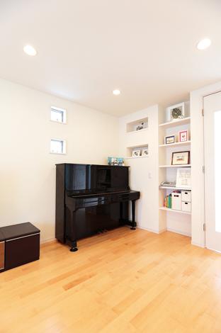 四季彩ひだまり工房 高田工務店【デザイン住宅、子育て、収納力】ピアノの高さに合わせて窓とニッチの大きさ、位置を決めた