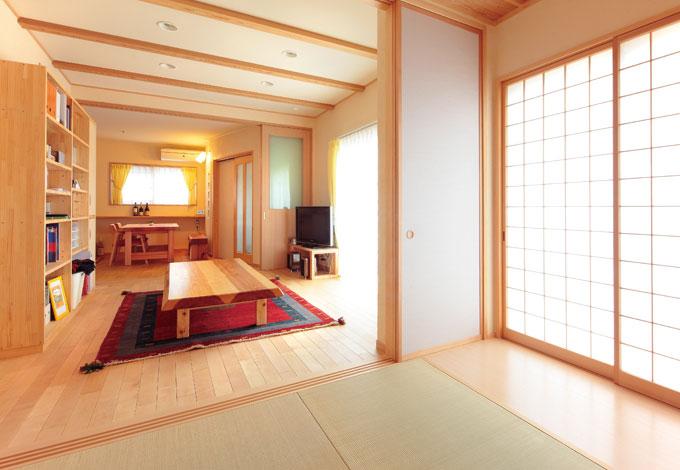 四季彩ひだまり工房 高田工務店【収納力、自然素材】LDKと和室を一直線につなげたワイドスパンの1階。南向きで陽 あたりも風通しも最高。