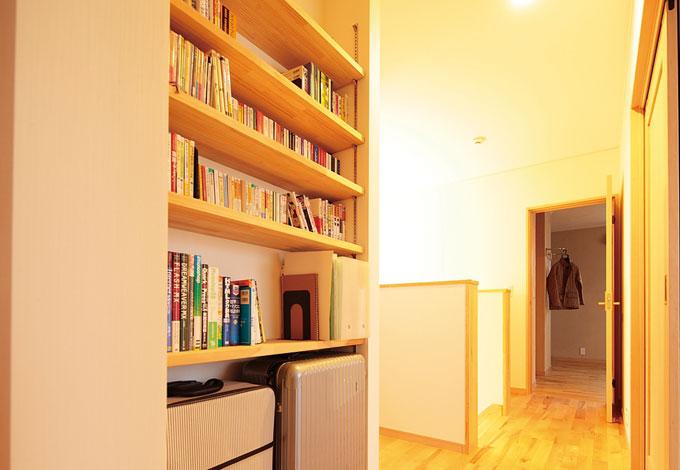 四季彩ひだまり工房 高田工務店【収納力、自然素材】廊下のデッドス ペースを活かして本棚を造作