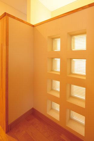 四季彩ひだまり工房 高田工務店【収納力、自然素材】暗くなりがちな北面の廊下にはデザインガラスブロックを設け、明かりを確保