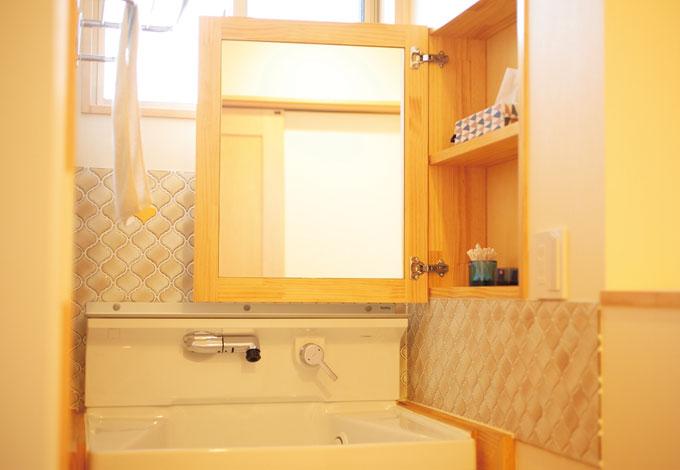 四季彩ひだまり工房 高田工務店【収納力、自然素材】ニッチと鏡が一体化した造作洗面は家族のこだわりが詰まったお気に入りの一品