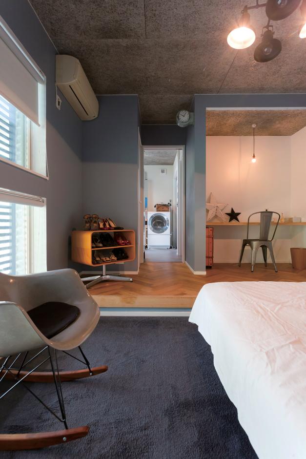 幸和ハウジング【デザイン住宅、狭小住宅、インテリア】リゾートホテルの一室をイメージした主寝室。段差をつけたことでオンとオフのスイッチもスムーズ。パウダールームと浴室まで一直線につながっているので、慌ただしい朝も便利