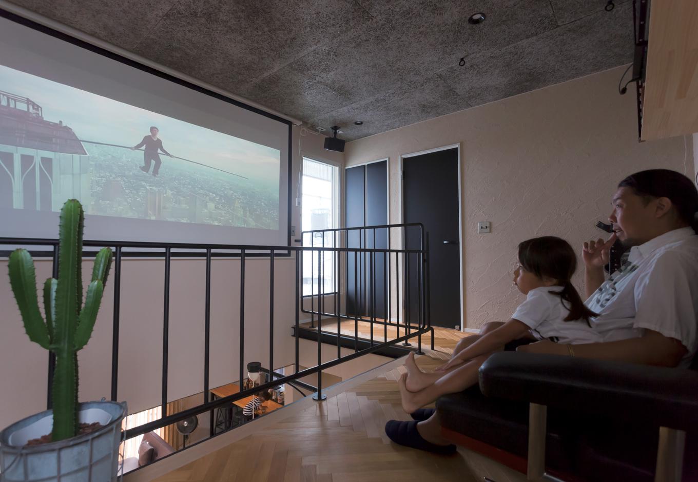 幸和ハウジング【デザイン住宅、狭小住宅、インテリア】3階のフリースペース。普段は大きなFIX窓に青空が広がるけれど、120インチのスクリーンを下ろすことでホームシアター兼カーテン代わりにもなる
