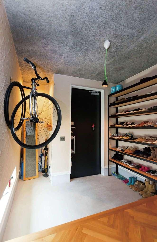幸和ハウジング【デザイン住宅、狭小住宅、インテリア】見せる収納がステキな玄関ホール。床は高級感のあるヘリンボーン張りを採用