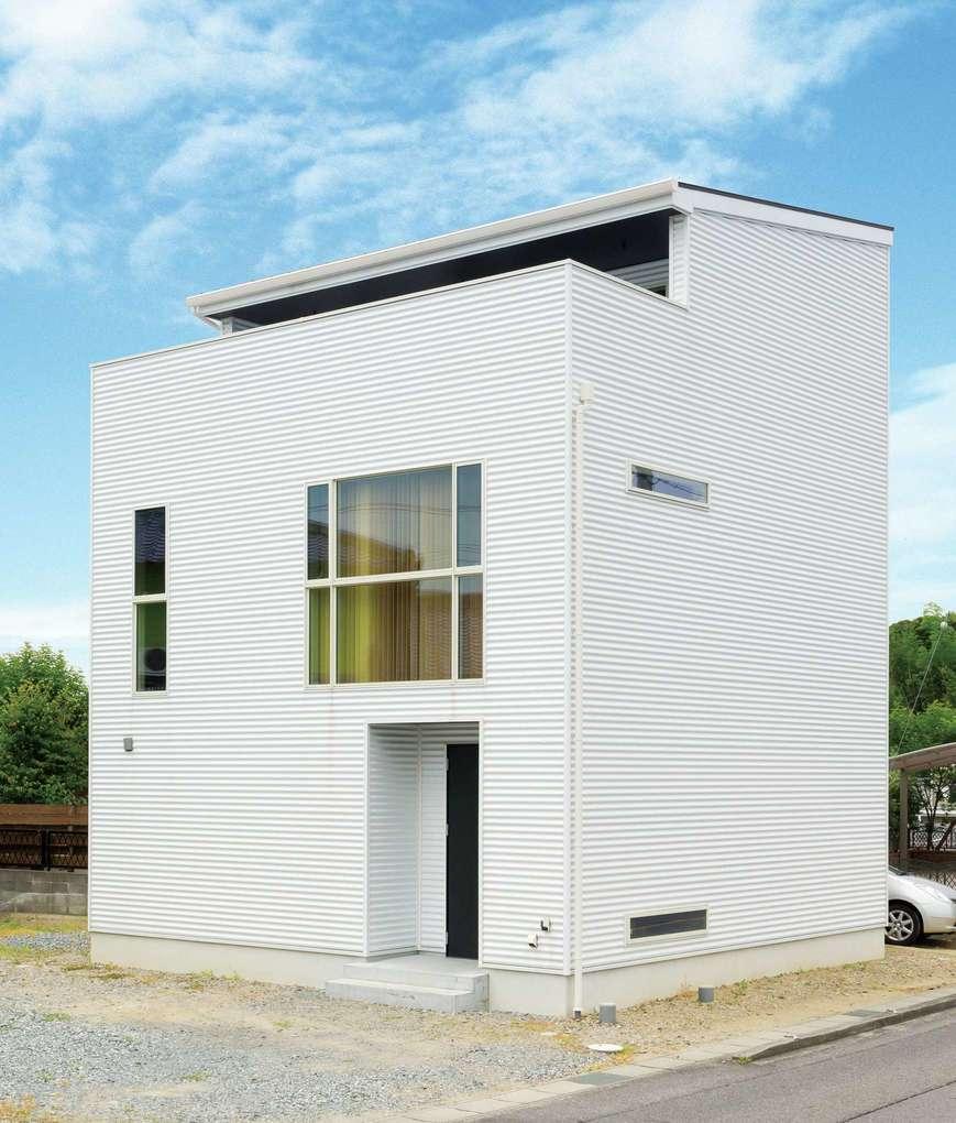 幸和ハウジング【デザイン住宅、狭小住宅、インテリア】シンプル&スタイリッシュな外観。3階部分は外から見えないので、安心して洗濯物を干せる。大きな2階のFIX窓が印象的