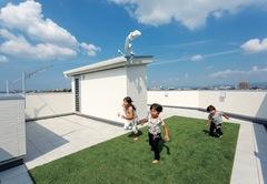 大人も子どももワクワクする 3 階建て屋上庭園のある家