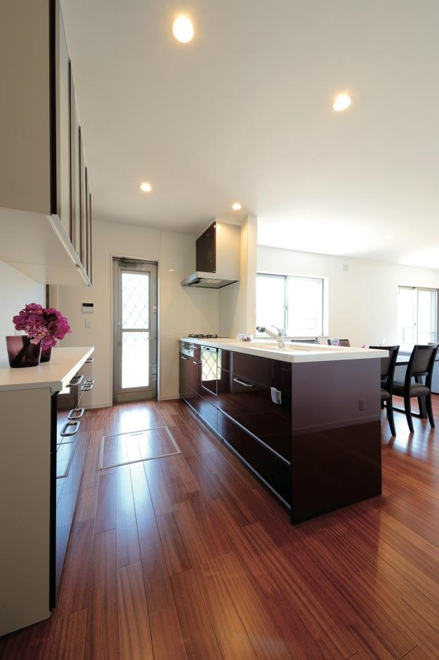幸和ハウジング【デザイン住宅、収納力、二世帯住宅】デザインと使い勝手を両立したオープンキッチン。奥にはパントリー も