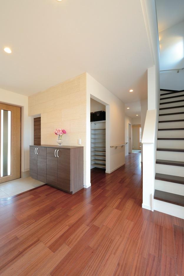 幸和ハウジング【デザイン住宅、収納力、二世帯住宅】散らかりがちな玄関は、大容量のシューズクロークを設け、常にすっきりと見せる
