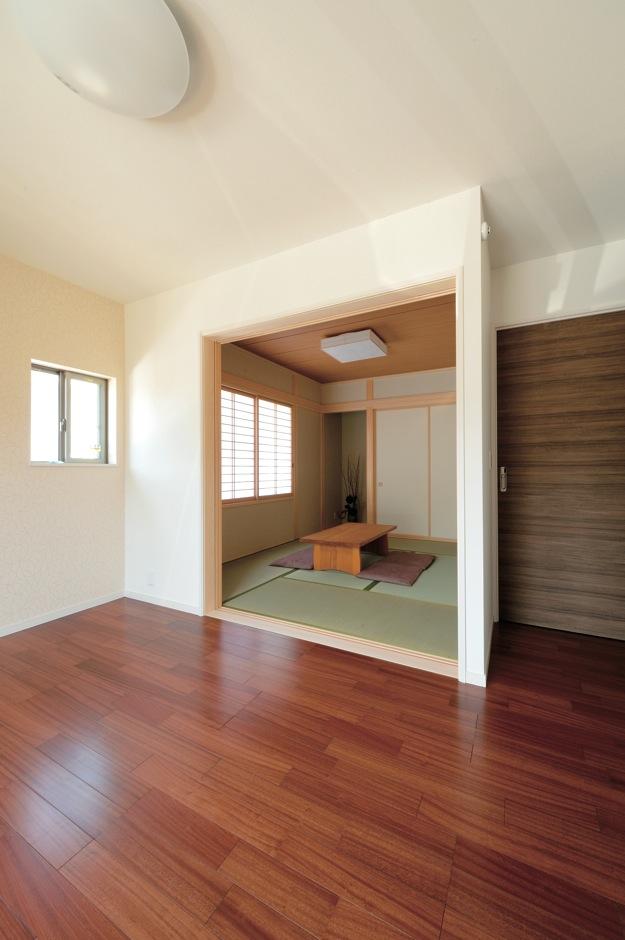 幸和ハウジング【デザイン住宅、収納力、二世帯住宅】奥さまの寝室内に設けた和室。襖で間仕切りできる