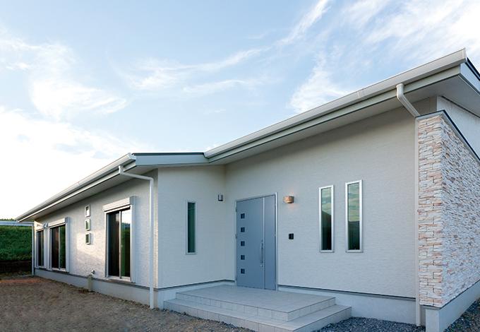 幸和ハウジング【デザイン住宅、収納力、平屋】低くワイドなシルエットと石張りの壁が、確かな上質感を伝える