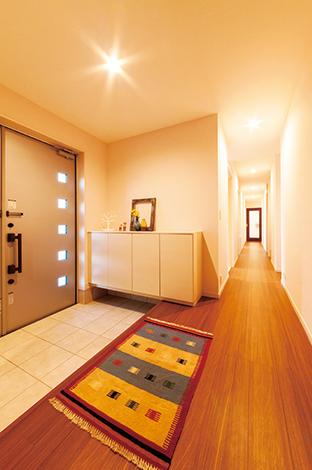 幸和ハウジング【デザイン住宅、収納力、平屋】暗くなりがちな廊下も、光と風が行き来する設計。正面にタイル張りのキッチンカウンターが見通せるなど、視覚的な演出も随所に