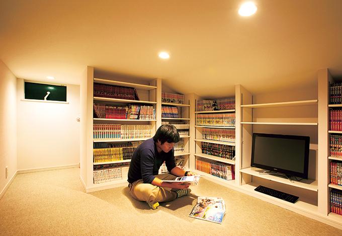 幸和ハウジング【デザイン住宅、収納力、平屋】壁の3方向に高さ可変の本棚を用意。収納というより、ご主人がのんびり過ごせる空間になった