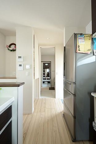 キッチンから洗面室~玄関へ。回遊性のある動線は奥さまの希望