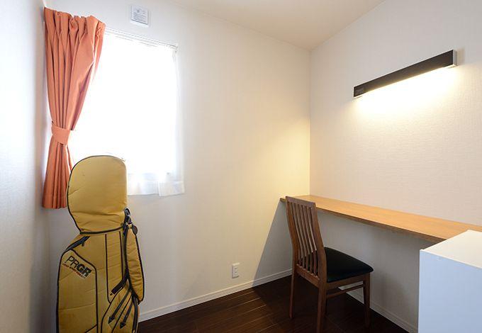2階に設けた書斎はご主人念願の空間。カウンターと照明を取り付け、あとは自由自在に自分の城を造り上げていく予定