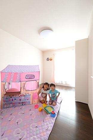 子ども部屋は長女、長男それぞれ個室を確保。南に面しているため明るさは十分。白を基調にした空間は、インテリアで好みの色をつけていくのも楽しみ