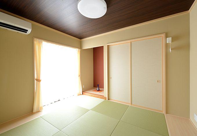 玄関横に設けたモダンな和室。リビング内に畳コーナーを造る案も出たが、客間利用も考え個別に。家相にもこだわった
