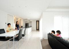 パティオのある開放的な空間でホテルライクな暮らしを満喫