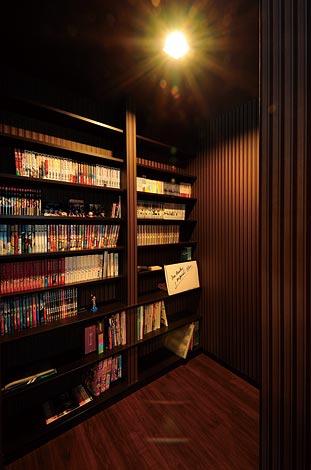 幸和ハウジング【デザイン住宅、趣味、ガレージ】寝室内に設けた造作棚に はこだわりの蔵書が並ぶ