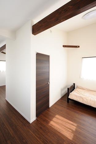 幸和ハウジング【デザイン住宅、趣味、ガレージ】2階は梁を見せた現し仕上げ。現在は ご主人の趣味部屋に