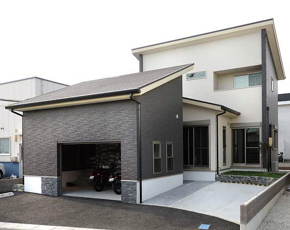 幸和ハウジング【デザイン住宅、趣味、ガレージ】住まいに調和したガレージ。モノトーンの外観で男っぽく