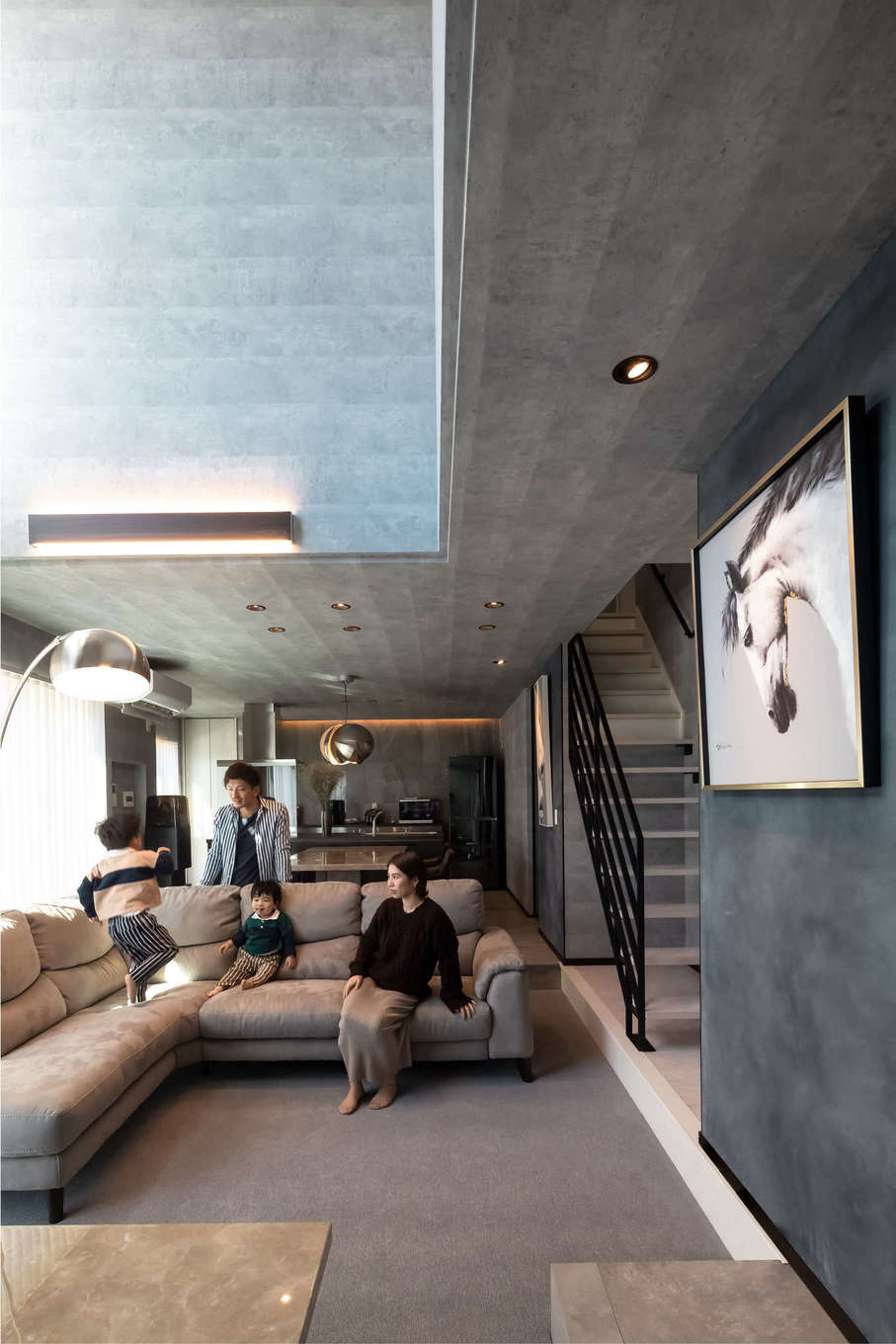 幸和ハウジング【デザイン住宅、趣味、屋上バルコニー】吹抜けのリビングは床を一段下げて縦の空間の広がりを強調し、いっそう開放的に。また、カーペット敷きにしてラグジュアリー感を演出した
