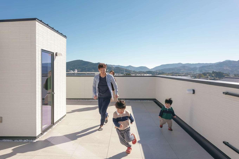 幸和ハウジング【デザイン住宅、趣味、屋上バルコニー】周囲の景色を一望できる屋上のスカイテラスは子どもたちの自慢の空間。夏はBBQや花火大会と大活躍しそう