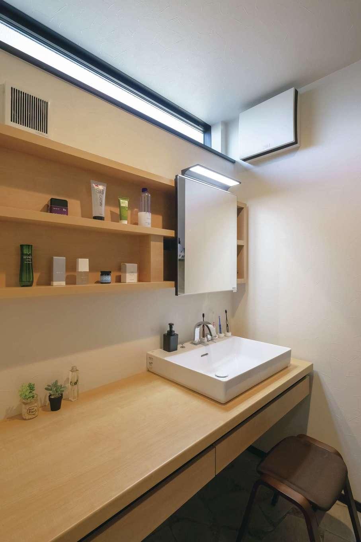 幸和ハウジング【デザイン住宅、趣味、屋上バルコニー】シンプルなデザインの洗面スペース。上部の窓から明るさを確保。収納棚もたっぷり用意した