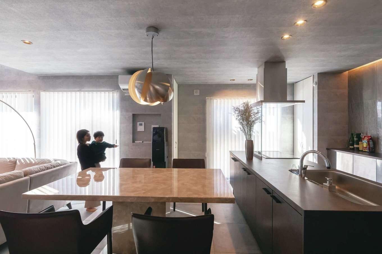 幸和ハウジング【デザイン住宅、趣味、屋上バルコニー】アイランドキッチンはワークスペースにゆとりを持たせ、移動がラクラク。背面には間接照明を設け、収納は下部のみに抑えて生活感を排除。非日常感溢れる美空間を実現
