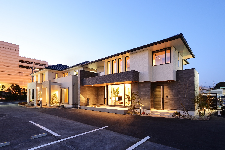 幸和ハウジング【浜松市西区入野町6149-1・モデルハウス】外観は軒の出や、出た面と引っ込めた面があり、深みのある表情に。白とグレーの配色で落ち着きを感じさせ、重厚感のある印象。どの角度から見ても高級感を感じる
