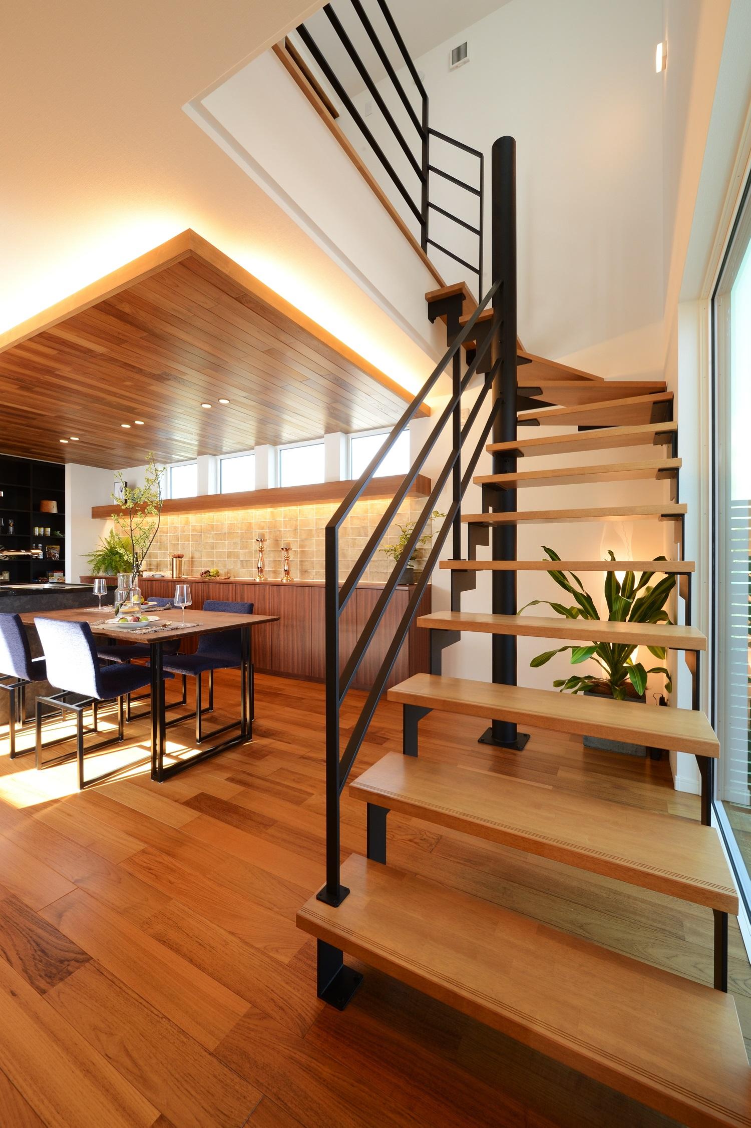 幸和ハウジング【浜松市西区入野町6149-1・モデルハウス】木にアイアンの手すりを組み合わたデザインがかっこいい階段