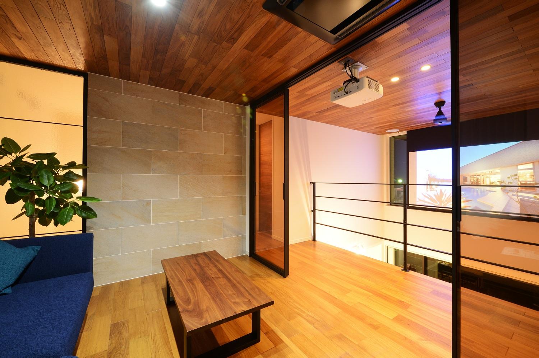 幸和ハウジング【浜松市西区入野町6149-1・モデルハウス】吹き抜けを活用した、2階のシアタースペース。臨場感あふれる映像が楽しめる