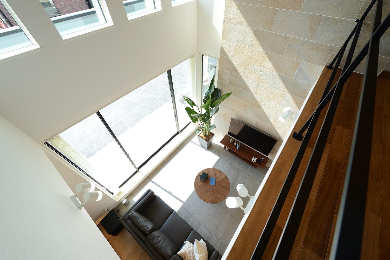 幸和ハウジング【浜松市西区入野町6149-1・モデルハウス】2階からリビングを見下ろす。大きな吹き抜けがたくさんの陽光を取り込み開放感にあふれる