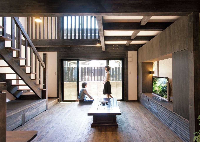 サイエンスホーム【1000万円台、趣味、自然素材】吹抜けから燦々と光が降り注ぐ約20畳のリビング。収納家具はすべて造作で、空間に統一感が生まれた