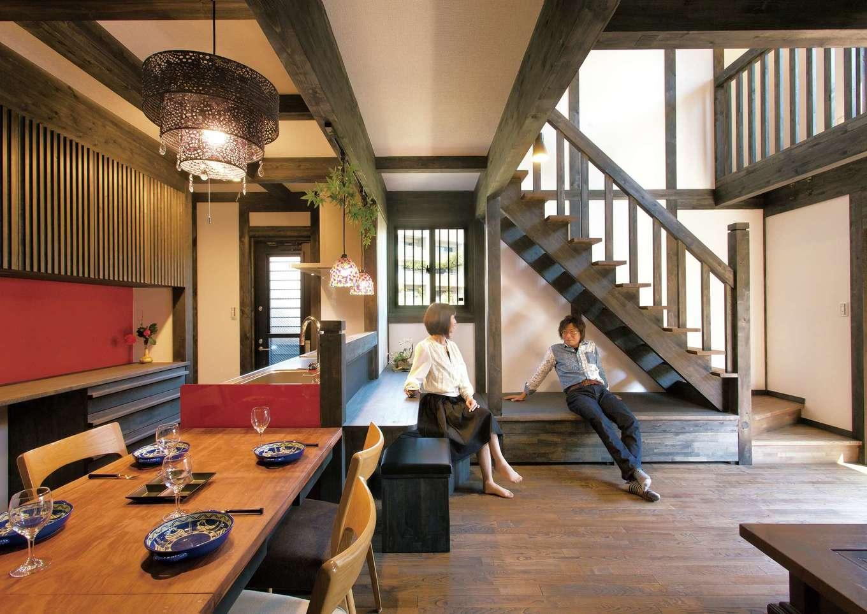 サイエンスホーム【1000万円台、趣味、自然素材】黒い柱と梁に白い壁が映える真壁づくりの大空間。 赤いキッチンとニッチが差し色になっている。階段下に畳コーナーを設け、家族やゲストとのコミュニケーションもスムーズ