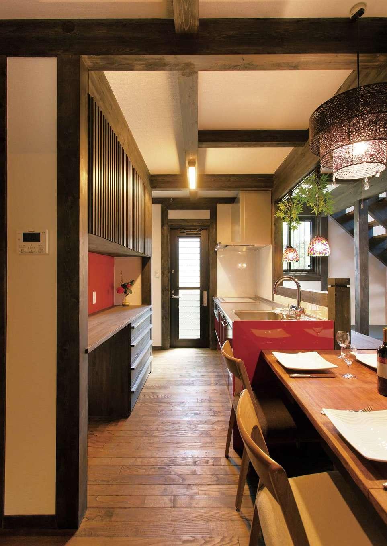 サイエンスホーム【1000万円台、趣味、自然素材】キッチンスペースは大人が数人入っても余裕の広さ。水回りへの動線もコンパクトで、奥さまの家事時間を短縮