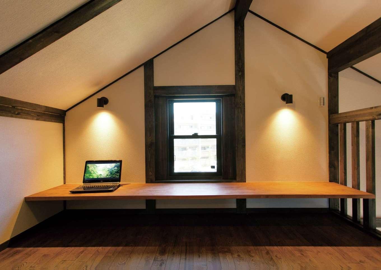 サイエンスホーム【1000万円台、趣味、自然素材】ロフトに設けた5.6畳の書斎。造作デスクの下は収納。勾配天井で広く感じられる