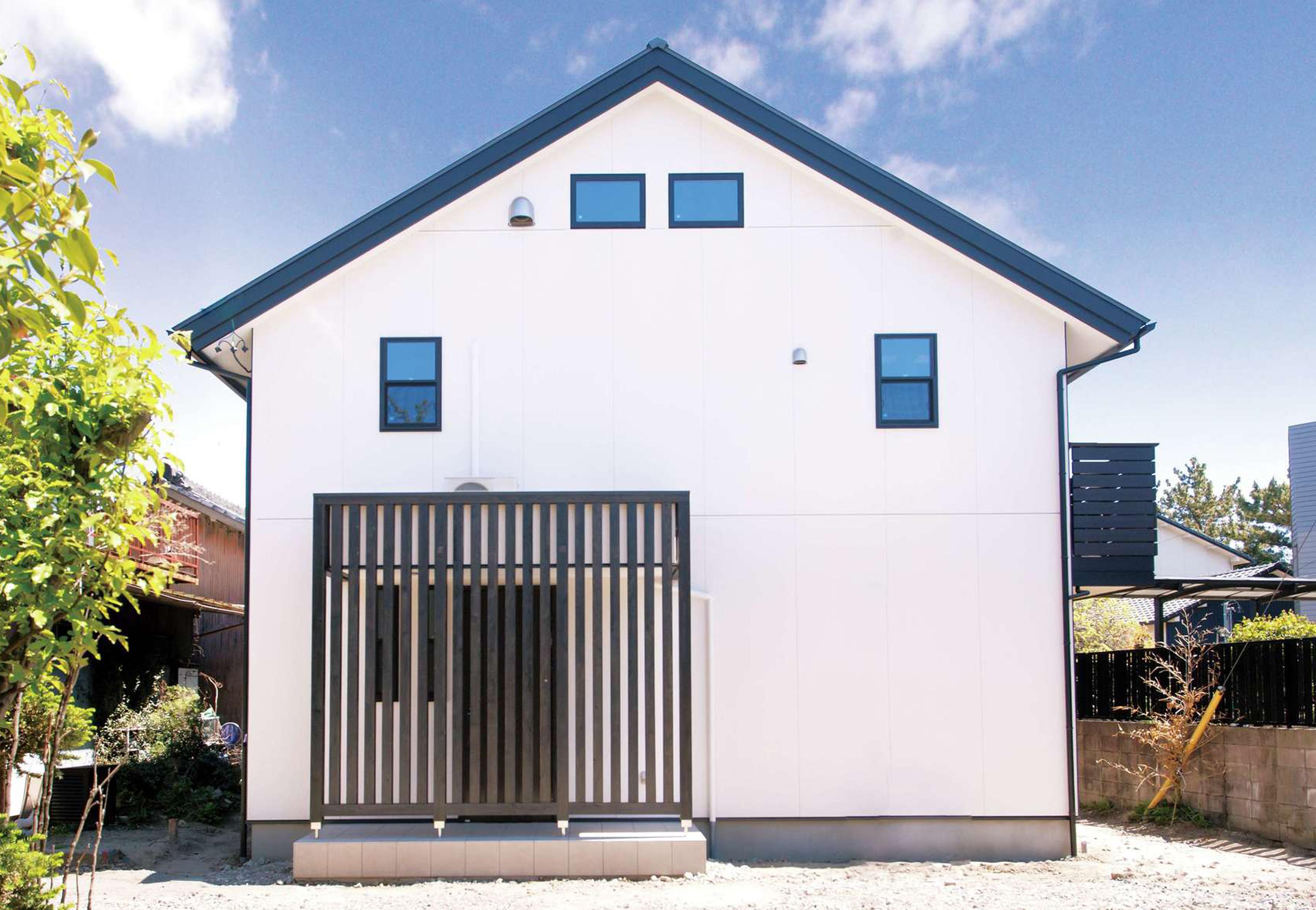 サイエンスホーム【1000万円台、趣味、自然素材】シンプルな切り妻屋根の外観デザイン。玄関回りの格子がアクセントに
