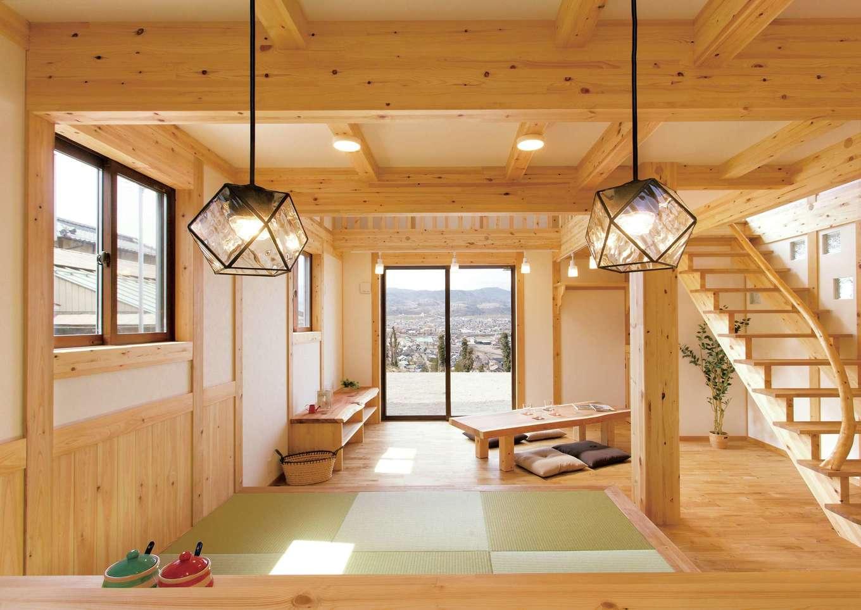 サイエンスホーム【1000万円台、子育て、自然素材】オープンキッチンからは街の景色まで見渡せて、料理タイムが一層楽しくなりそう。真壁の部屋に合わせてコーディネートされた木の家具や照明もステキ