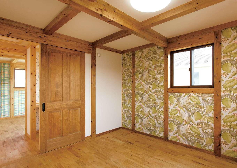 サイエンスホーム【1000万円台、子育て、自然素材】主寝室のみバリ風のクロスを貼って遊び心を演出