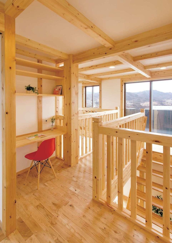 サイエンスホーム【1000万円台、子育て、自然素材】2階の吹抜けに面してスタディコーナーを造作し、家族で思い思いの時間を楽しむ