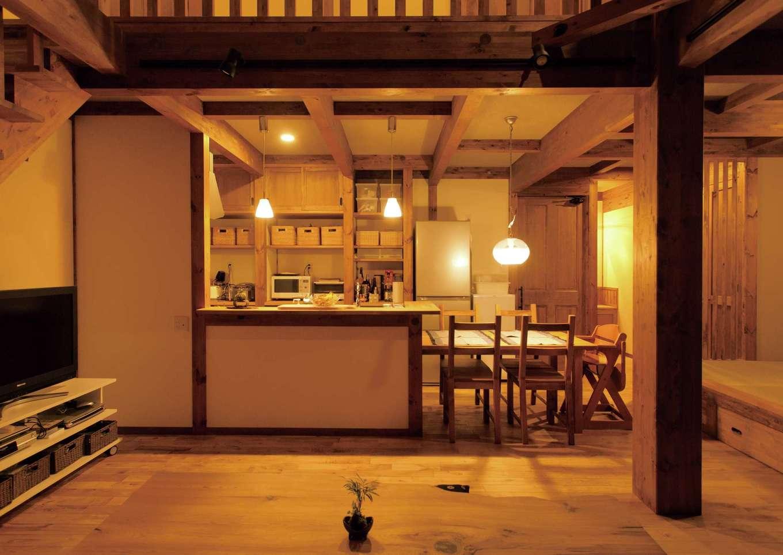 サイエンスホーム【デザイン住宅、自然素材、省エネ】共働き夫婦の時短を考慮した家事効率の良いキッチン。隣接する小上がりの和室で、夫婦で晩酌を楽しむことも