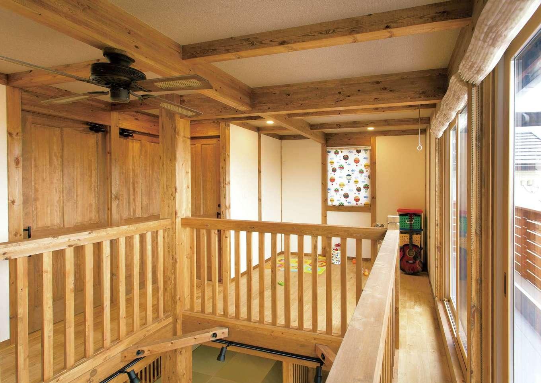サイエンスホーム【デザイン住宅、自然素材、省エネ】家全体を魔法瓶のように高性能断熱材ですっぽりと覆う外張り断熱を標準採用。外気温に左右されず、 家中どこにいても温度差のない快適な空間を実現。冬に起こりやすいヒートショックのリスクから家族を守ると同時に光熱費も抑えられる