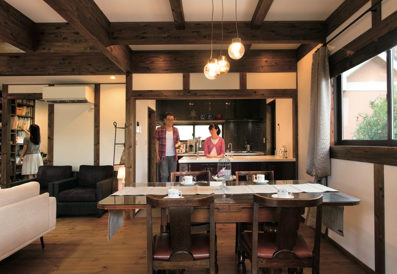 サイエンスホーム【デザイン住宅、自然素材、省エネ】日本建築伝統の真壁づくりに癒されるLDK。柱と梁をパイン材の床よりも濃い天然塗料で仕上げたことで、アンティーク調の落ち着いた雰囲気に