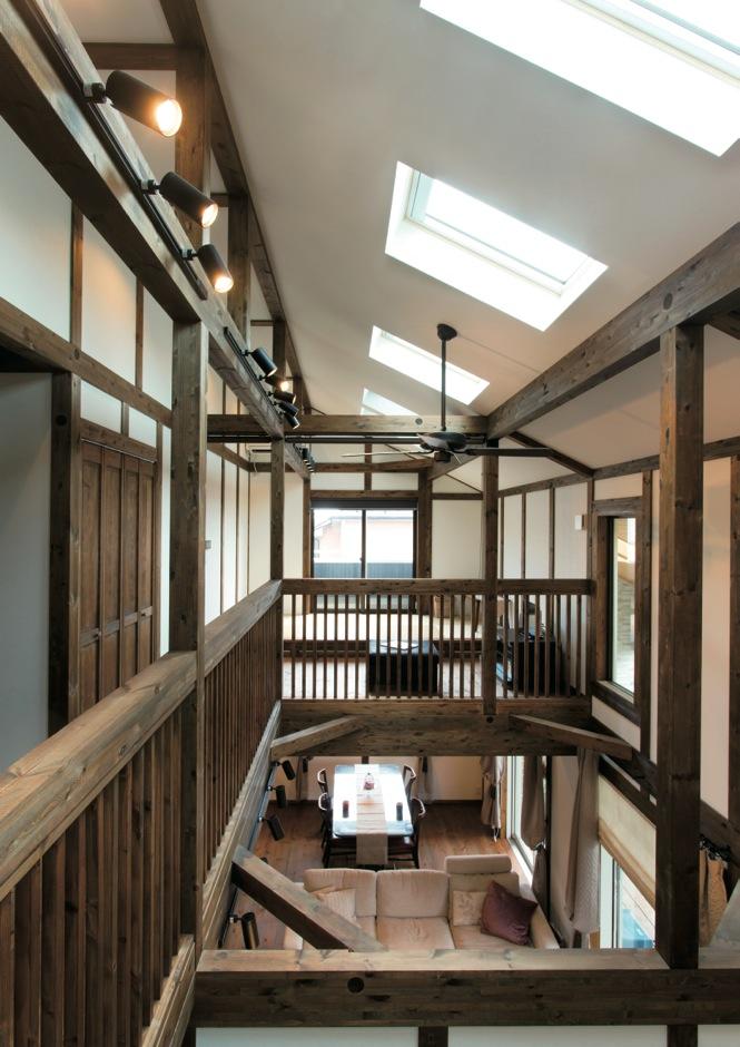 サイエンスホーム【デザイン住宅、自然素材、省エネ】1階からロフトまで家全体を見渡せる、ダイナミックな吹抜けの一室空間。勾配天井にトップライトを10か所設けたことで、外からの視線をカットしながら光と風を確保した