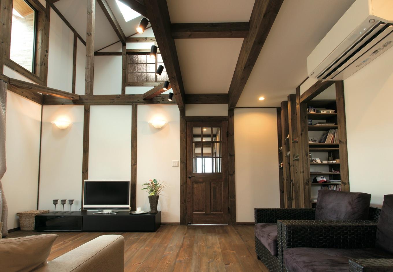 サイエンスホーム【デザイン住宅、自然素材、省エネ】ハイサイドライトからたっぷりの光と風がそよぐ吹抜けのリビング。床も建具も無垢材を標準使用
